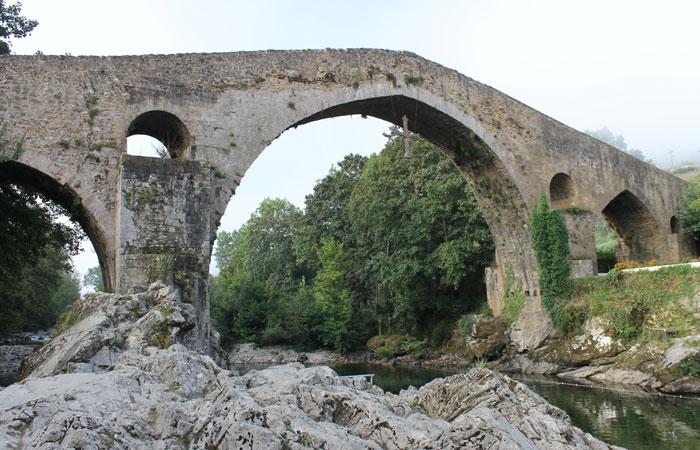 Puente romano sobre el río Sella de Cangas de Onís viaje a Asturias