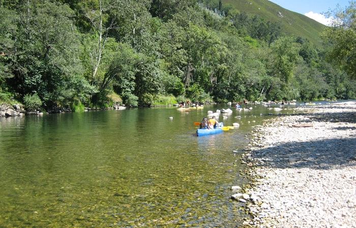 El río Sella y las canoas que hacen el descenso viaje a Asturias