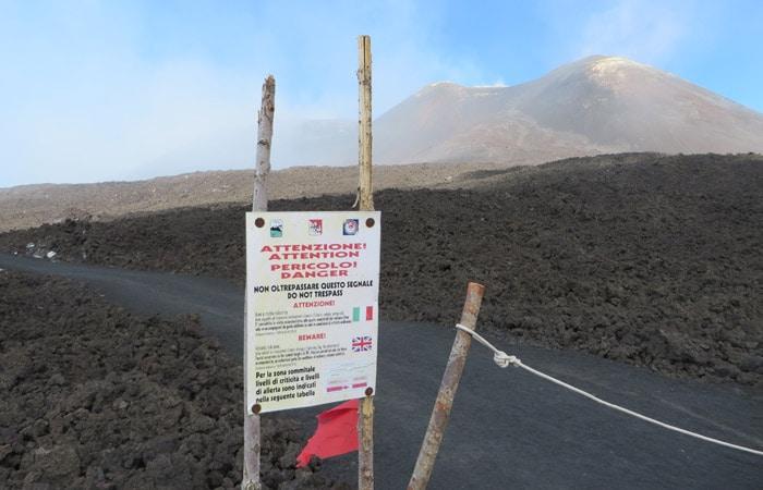 Advertencia de peligro antes de iniciar el sendero final del Etna