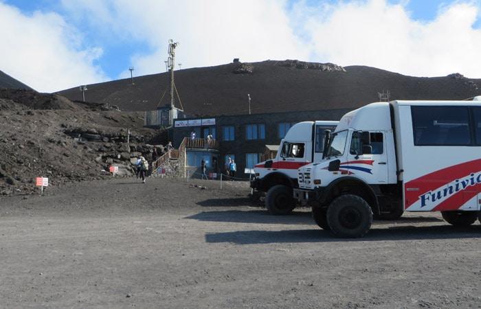 Autobuses todoterreno en la estación de llegada del funicular del Etna