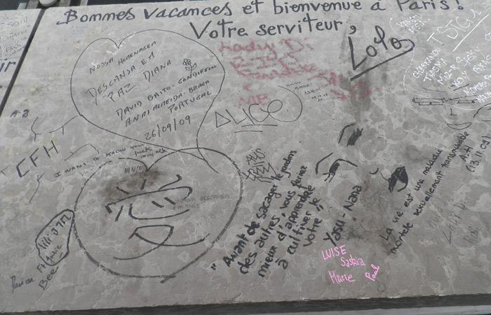 Más mensajes para Lady Di en el puente del Alma de París Puente del Alma