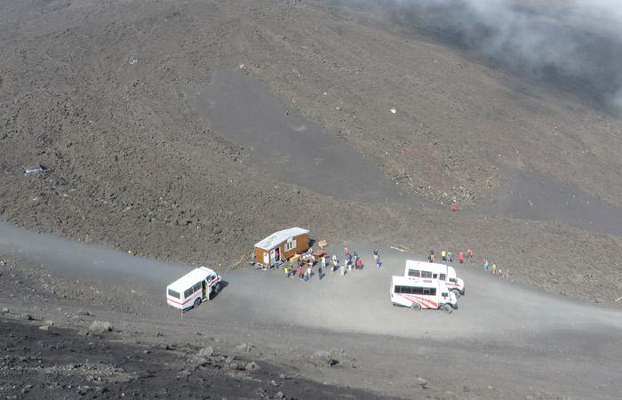 Nuevo refugio Torre del Filósofo del Etna con los autobuses todoterreno
