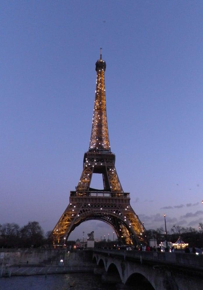 Torfe Eiffel iluminada en París crucero por el Sena