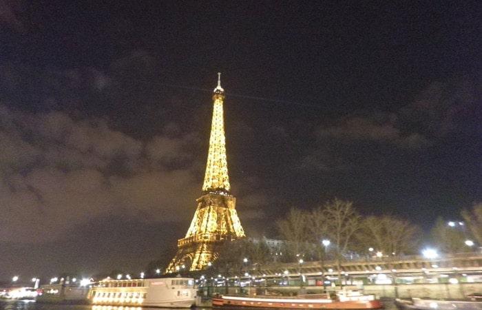 Torre Eiffel de noche en París crucero por el Sena