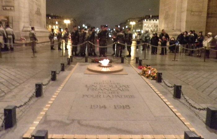 Tumba al Soldado Desconocido en el Arco del Triunfo de París Torre de Montparnasse
