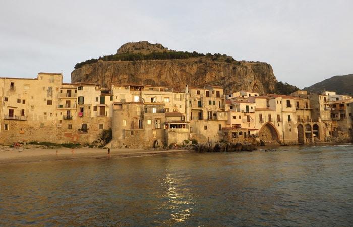 Vista de Cefalú con La Rocca al fondo Sicilia imprescincible