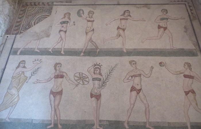 Mosaico de las chicas en biquini en el Villa Romana del Casale Sicilia