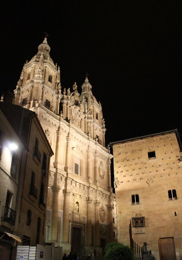 Clerecía y Casas de las Conchas desde la Rúa Mayor que ver en Salamanca