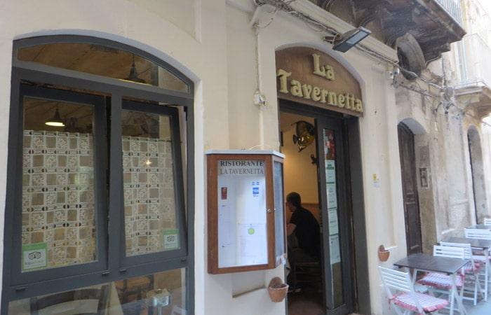 Exterior de la trattoria La Tavernetta da Piero de Siracusa comer en Sicilia