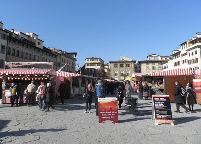 Piazza Santa Croce con mercadillo navideño qué visitar en Florencia