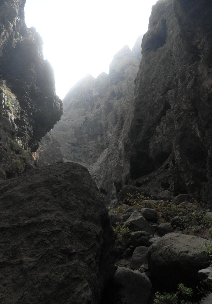Sendero entre rocas de la ruta del barranco de Masca