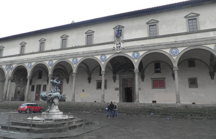 Spedale degli Innocenti en la Piazza della Santissima Annunziata Florencia