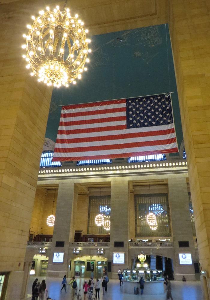Bandera estadounidense en el hall de la Grand Central Terminal ferry a Staten Island