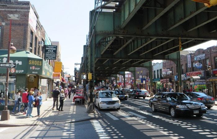 Avenida Roosevelt del barrio latino en Queens contrastes de Nueva York