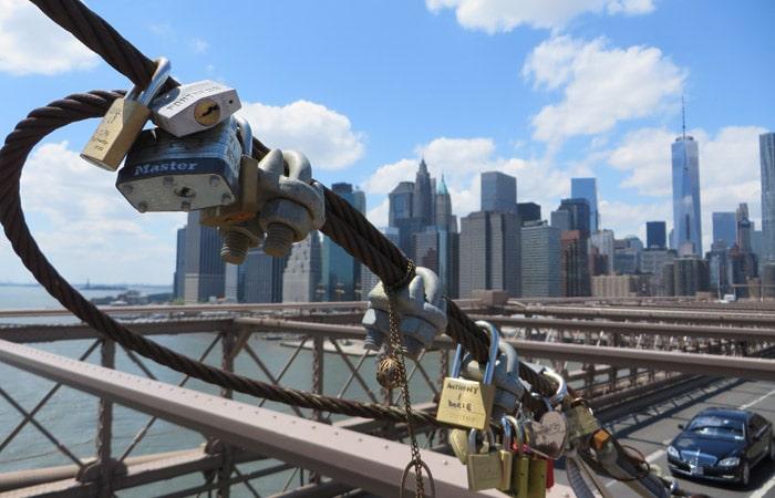 Candados en el puente de Brooklyn contrastes de Nueva York