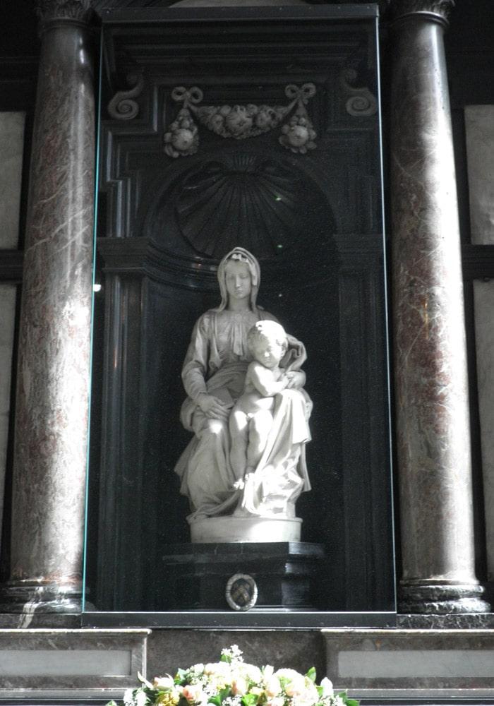 Madonna de Brujas en la iglesia de NuestrSeñora, obra de Miguel Ángel qué ver en Brujas en un día
