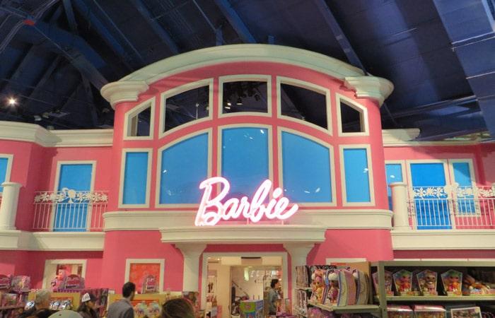 """Mansión de Barbie en el Toys r """"us"""" de Times Square ferry a Staten Island"""