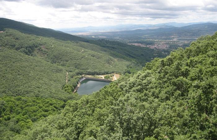 Vista de la pequeña presa de Hervás La Chorrera Hervás