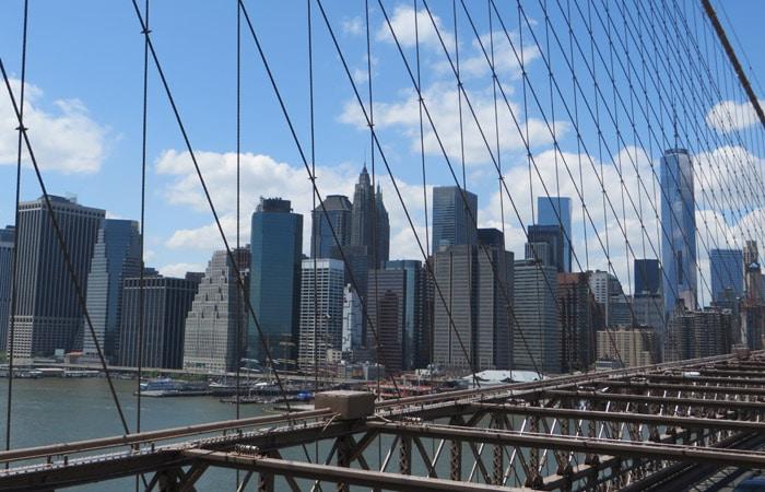 Vista de los rascacielos de Manhattan desde el puente de Brooklyn contrastes de Nueva York