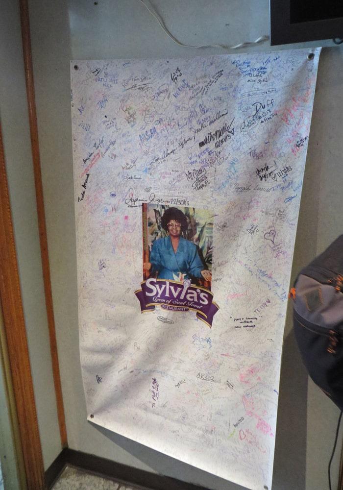 Firmas a la entrada del restaurante Sylvia's en Harlem ferry a Staten Island