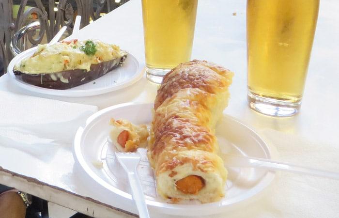 Berenjena rellena y salchicha en el Mercado Central comer en Budapest