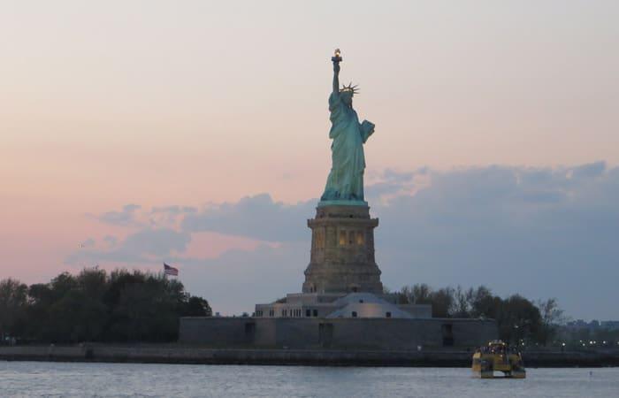 Vista de la Estatua de la Libertad, al atardecer paseo en barco por Nueva York