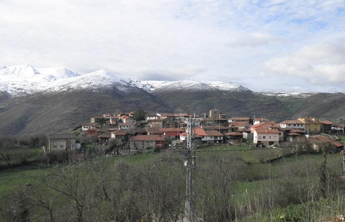 Samartín d'Ondes y cumbres de Somiedo desde la ruta del Castañal