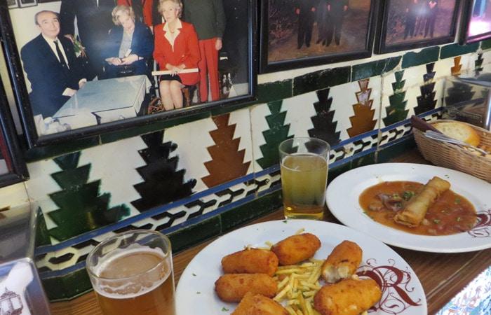 Croquetas y crujiente de carrillada de Casa Ricardo con una de las fotografías tapeo por Sevilla
