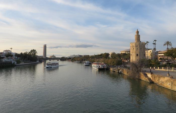 Guadalquivir y Torre del Oro monumentos de Sevilla