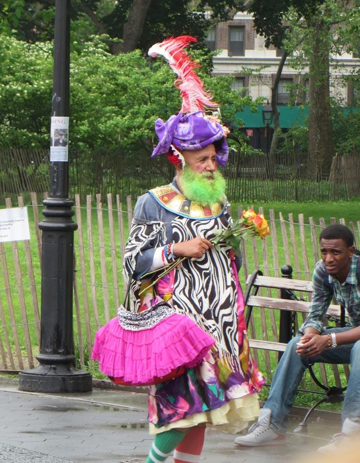 "Personaje conocido como ""La Primavera"" en Washington Square"