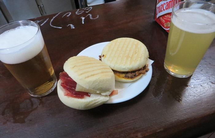 Montadito de jamón y queso y pringá en la Bodega Santa Cruz tapear en Sevilla