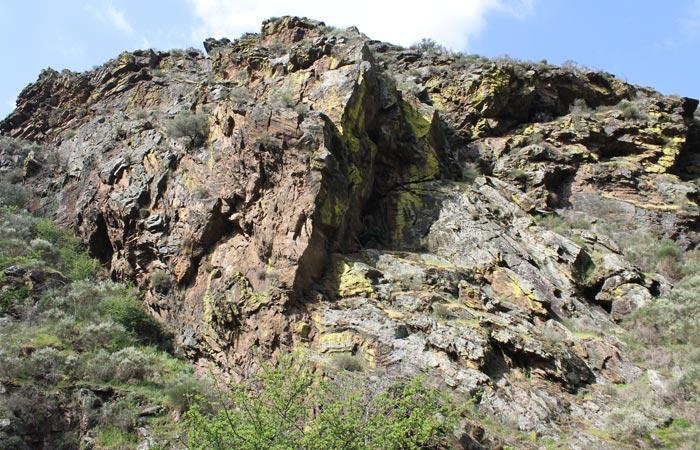 Curiosas formaciones rocosas Ribeira do Mosteiro senderismo en Portugal