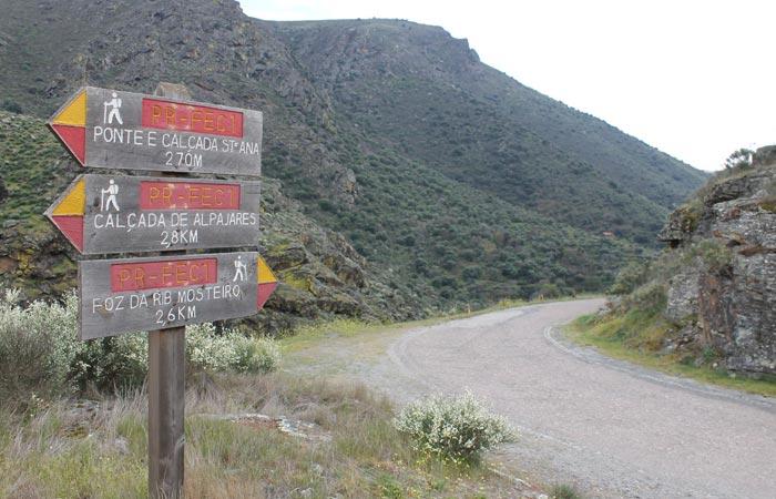 Tramo final de la ruta donde se toma a a derecha la pista asfaltada Ribeira do Mosteiro senderismo en Portugal