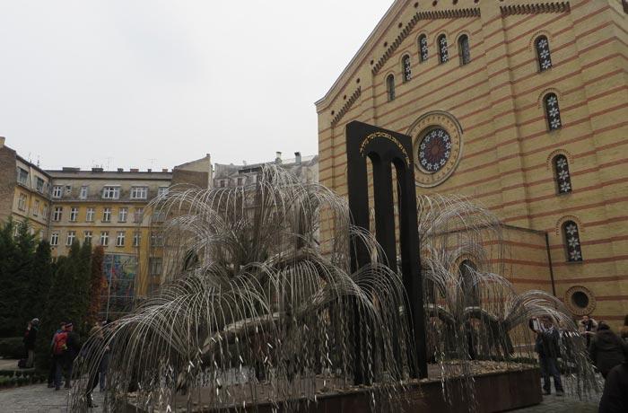 Árbol de la Vida y parte trasera de la Gran Sinagoga de Budapest
