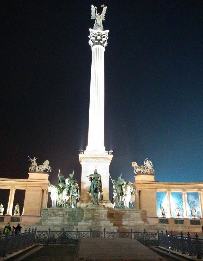Pilar del Arcángel Gabriel y los siete líderes tribales húngaros en la plaza de Los Héroes