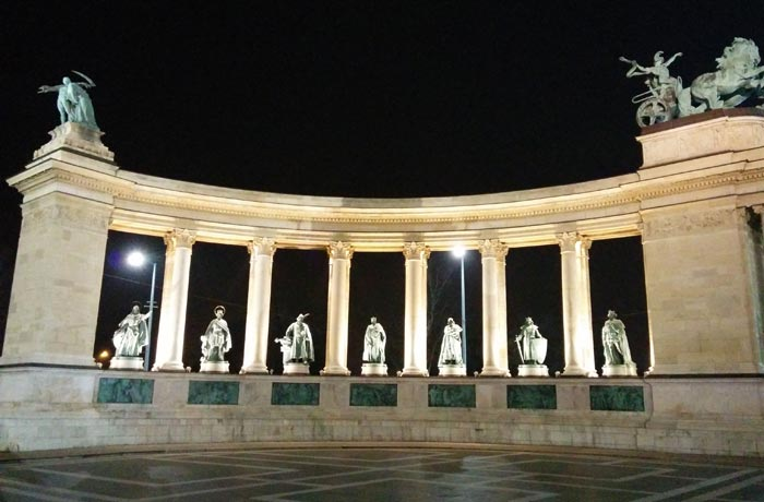 Hilera izquierda de personajes históricos en la plaza de Los Héroes