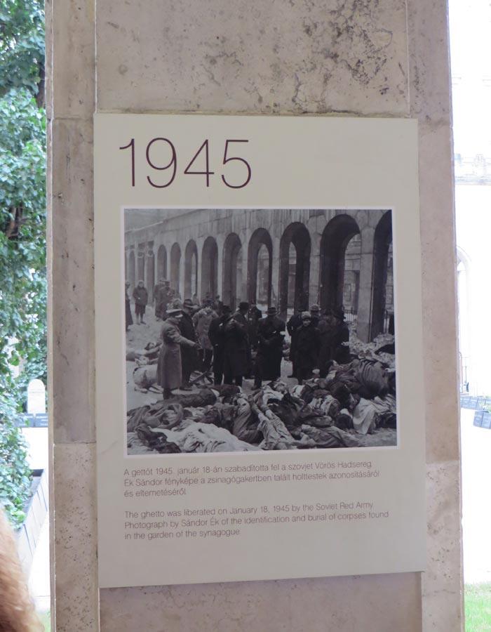 Imagen de la liberación del gueto de Budapest en el cementerio judío
