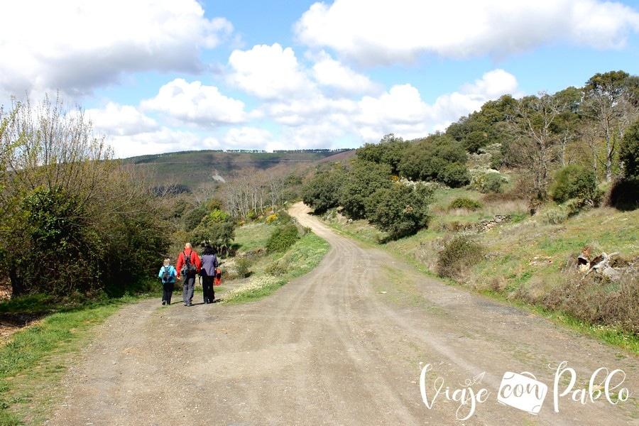 La ruta comienza en el sendero que sale a la izquierda