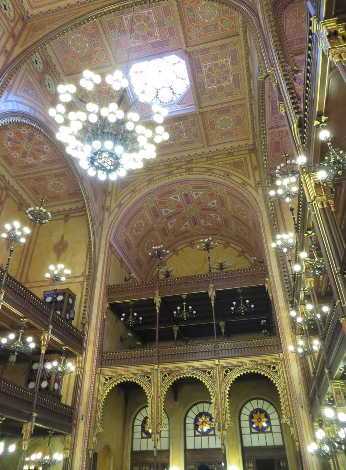 Una de la inmensas lámparas de la Gran Sinagoga de Budapest
