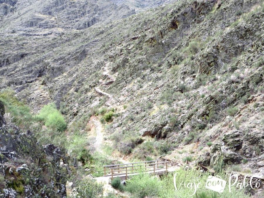 Vista del puente sobre el río Hurdano. Tras atravesarlo comenzará el tramo más duro de la ruta