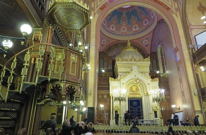Púlpito y altar en la Gran Sinagoga de Budapest