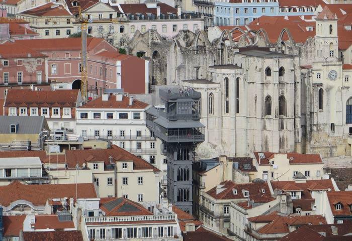 Elevador de Santa Justa y Convento do Carmo desde el Castillo de San Jorge miradores de Lisboa