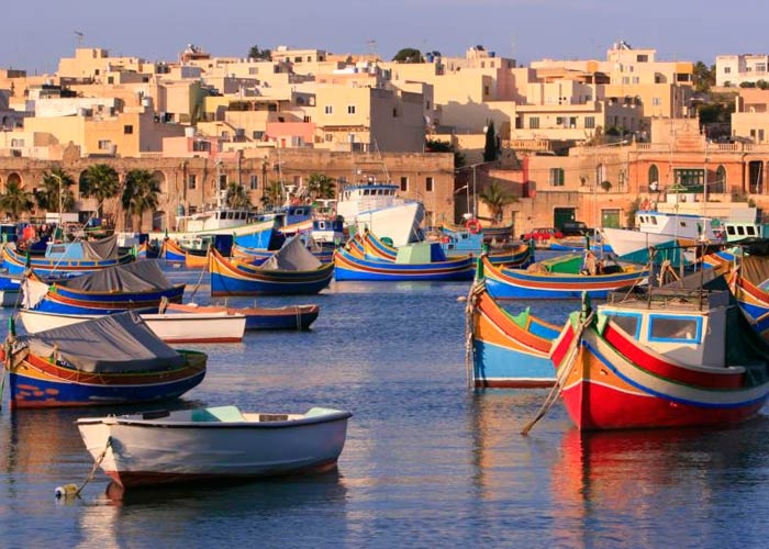 Barcos típicos malteses conocidos como luzzu qué hacer en Malta