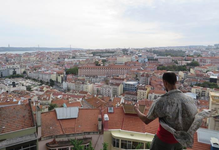 Un hombre meditando ante la panorámica que ofrece el Mirador da Senhora do Monte miradores de Lisboa