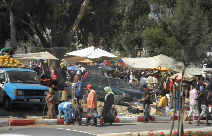 Un mercadillo en las afueras de la ciudad un día en Tánger