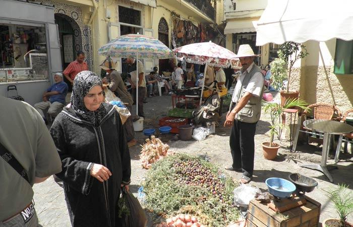 Puestos callejeros en el Zoco un día en Tánger