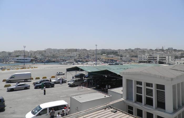 Panorámica de la ciudad desde el puerto un día en Tánger