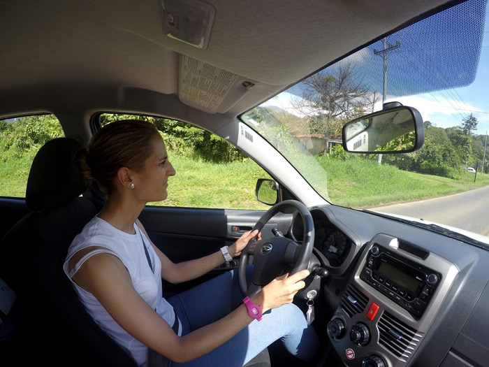Estefanía, conduciendo nuestro coche en Costa Rica