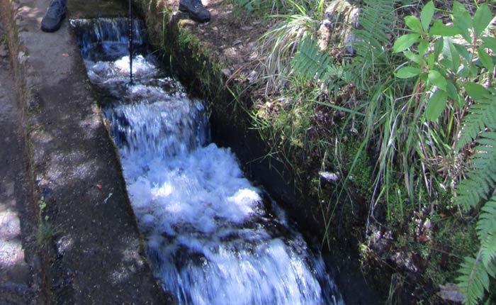 Agua transitando por la levada das 25 Fontes