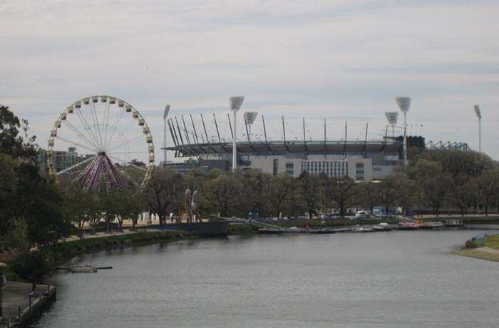 Noria y Melbourne Cricket Ground desde el puente Princes